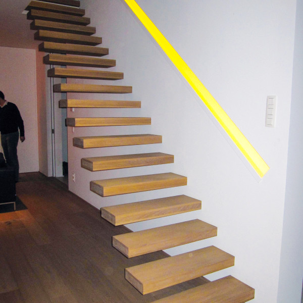 Zwevende trap met houten treden