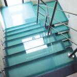 Metalen trap met glazen treden